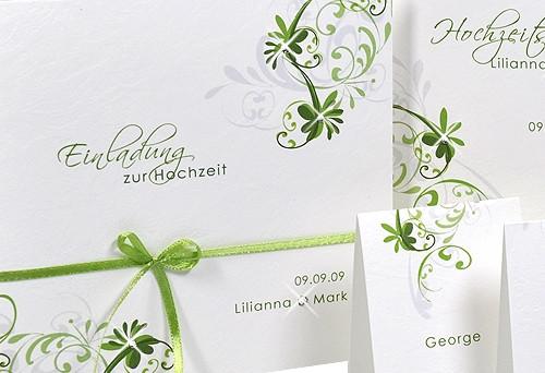 Eine romantische Hochzeitseinladung versehen mit einer grünen ...