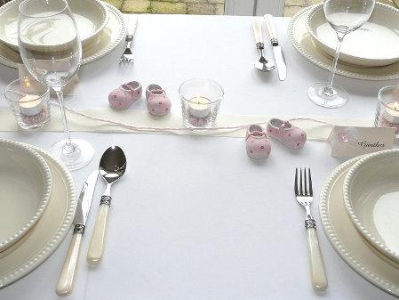 Tischdeko In Rosa Mit Babyschuhen Foto